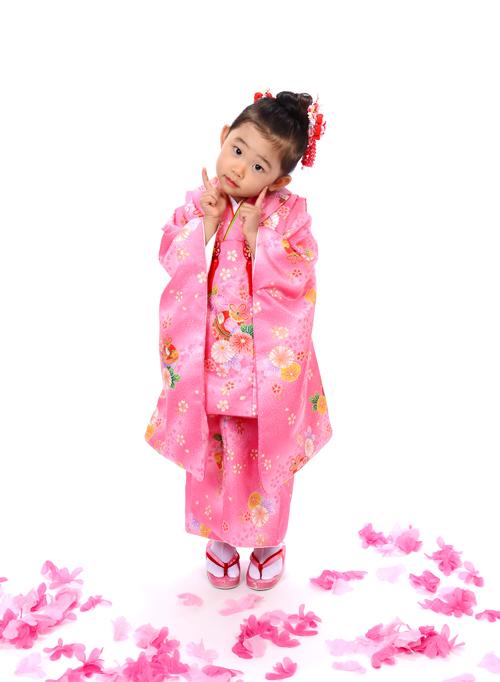 ポーズが可愛い3歳のお嬢さんの七五三の撮影しました♪